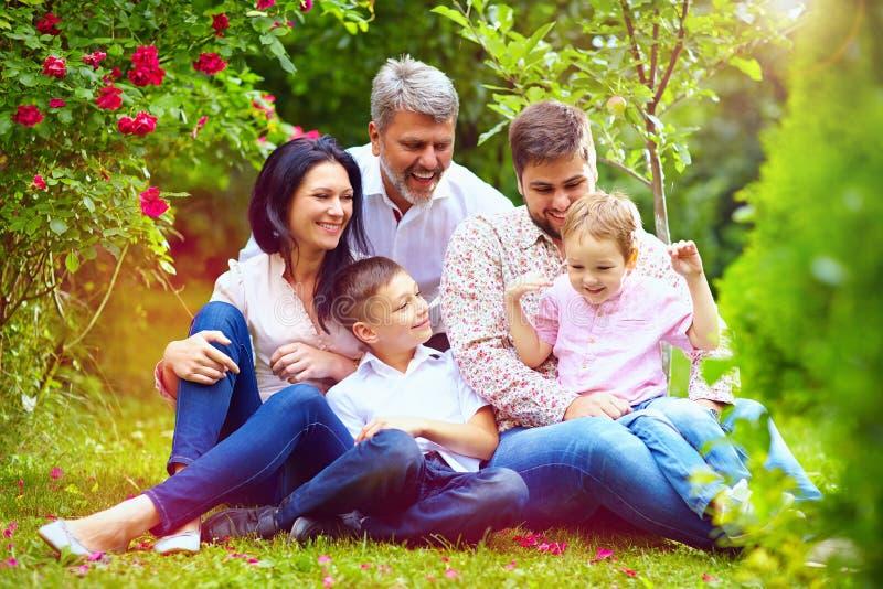 Grote gelukkige familie samen in de zomertuin stock foto's