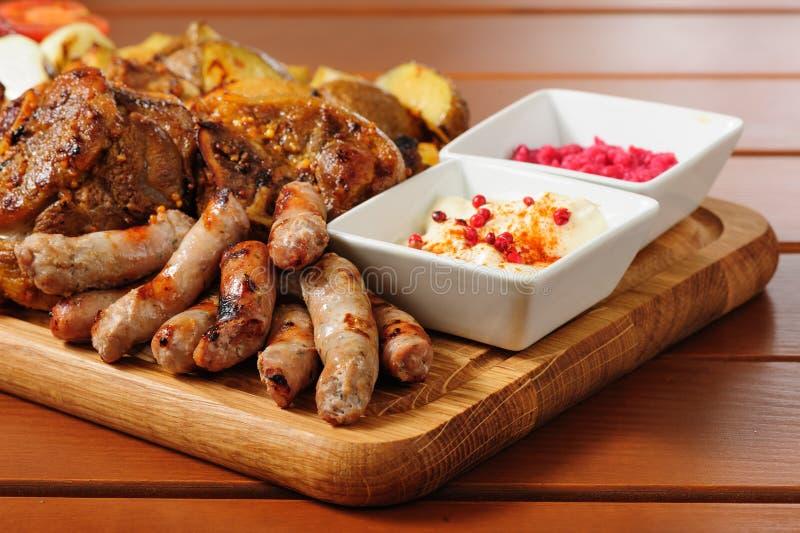 Grote geroosterde vlees en groentenraad stock afbeelding