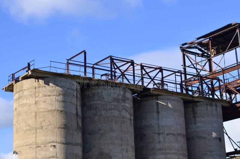 Grote gewapend beton pijpbouw met een metaalladder tegen stock afbeeldingen