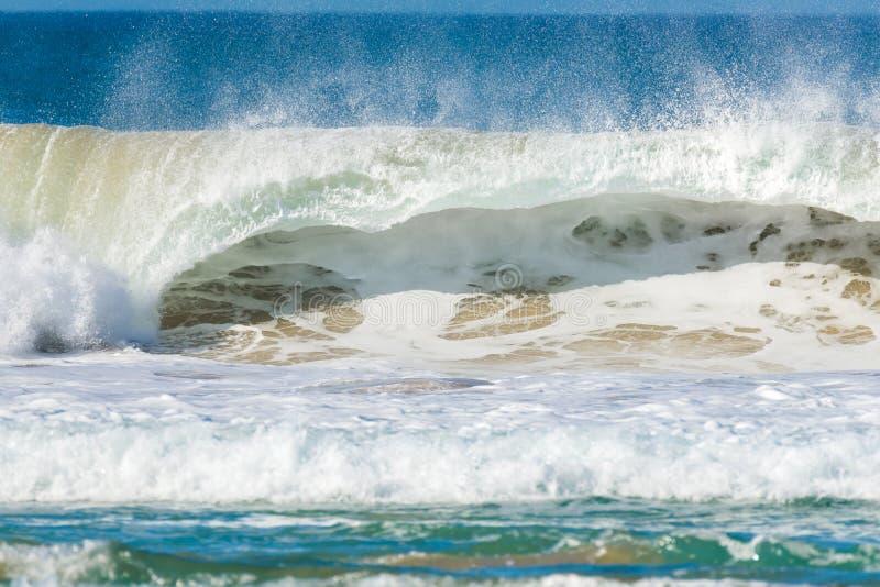 Grote golf die onderbrekingen op de kust stock foto
