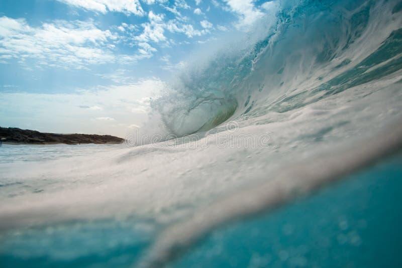 Grote golf die onderbrekingen op de westkust van Fuerteventura stock foto's