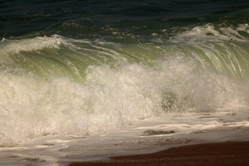 Grote golf die op de kust verpletteren stock foto's