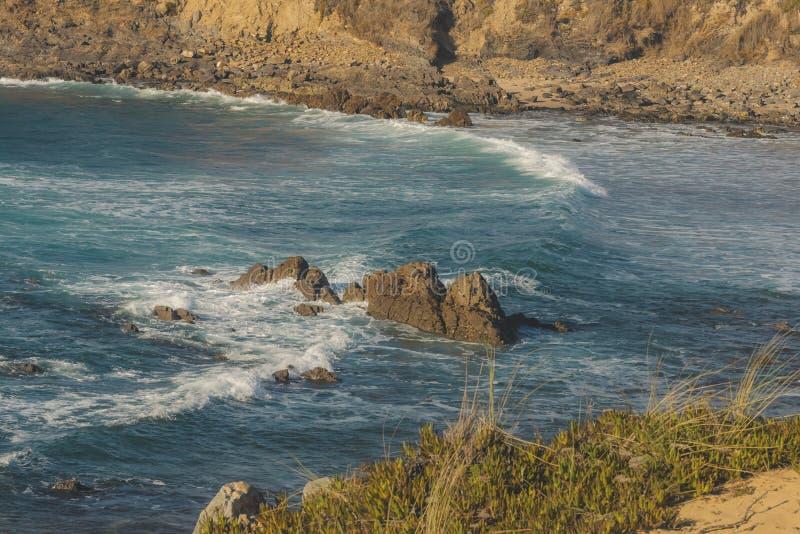 Grote golf die op de rots op het strand verpletteren royalty-vrije stock afbeeldingen