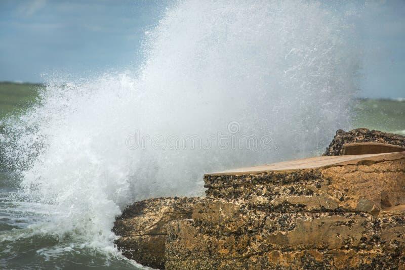 Grote golven die in ruïnes van Bigelow-Batterij, Florida verpletteren royalty-vrije stock afbeeldingen