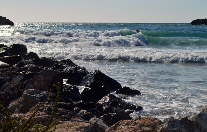 Grote golven in een rotsachtig strand royalty-vrije stock afbeelding