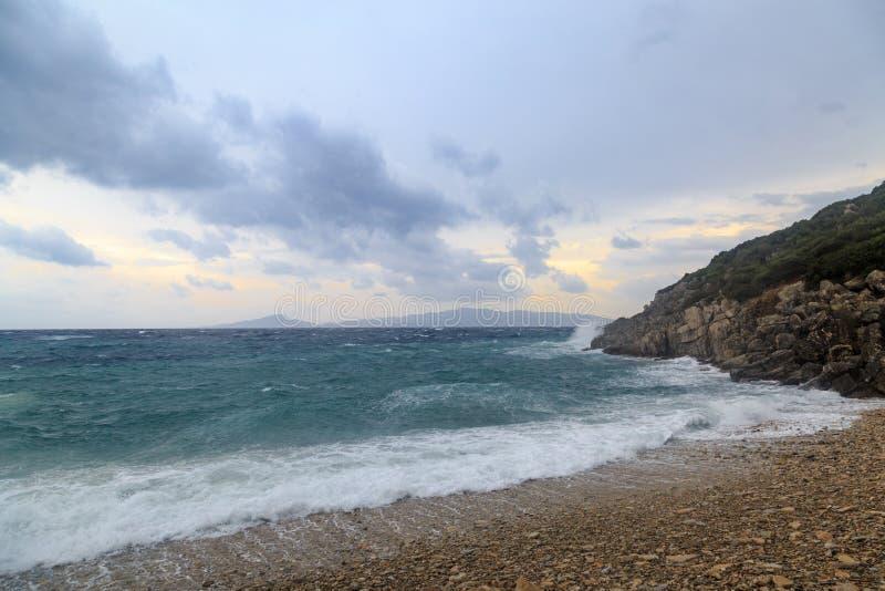 Grote golven in het strand en rotsen in stormachtig weer royalty-vrije stock foto's