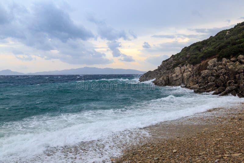 Grote golven in het strand en rotsen in stormachtig weer stock afbeelding