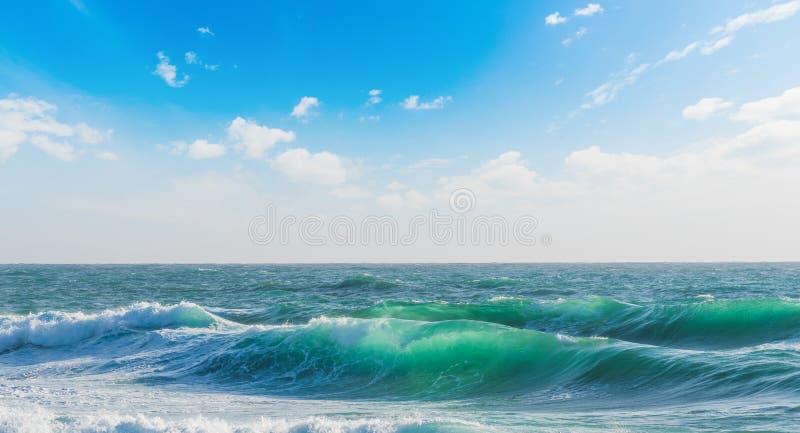 Grote golven onder een blauwe hemel in Sardinige stock afbeelding