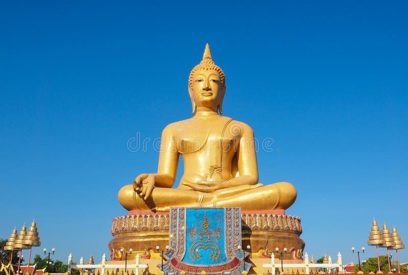 GROTE GOUDEN BOEDHA IN SINGBURI THAILAND stock foto