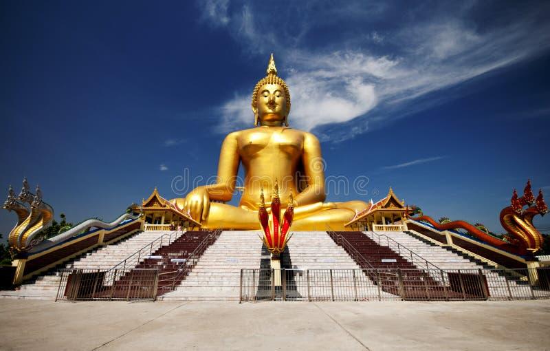 Grote gouden Boedha in Wat Muang van Ang Thong-provincie stock fotografie
