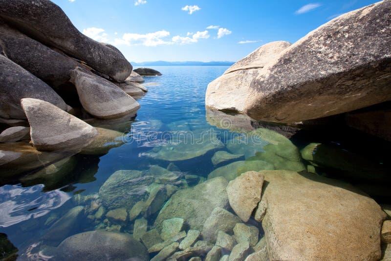 Grote granietkeien bij oorspronkelijke meerkust royalty-vrije stock foto's