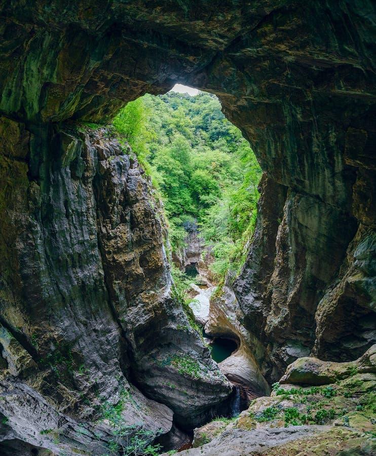 Grote granietvorming van Hol Škocjan in regionaal park van Slovenië royalty-vrije stock foto's