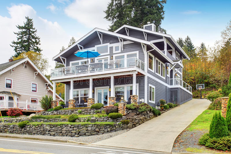 Grote grijze moderne huis en garage royalty-vrije stock afbeelding