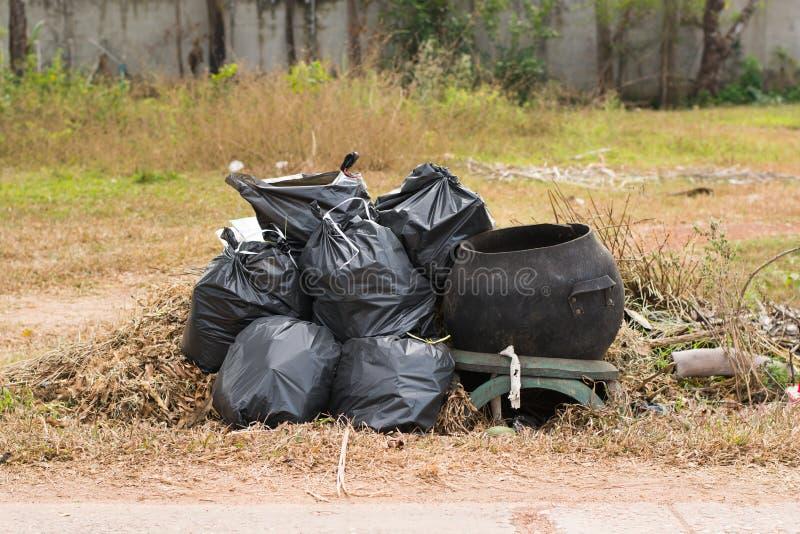 grote groene wheeliebak voor vuilnis, Openbare Grote afvalachtergrond, royalty-vrije stock afbeelding
