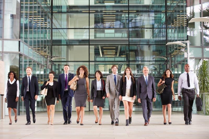 Grote groep bedrijfsmensen in hal van grote zaken royalty-vrije stock afbeeldingen