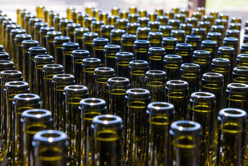 Grote groep de groene gerecycleerde flessen van de glaswijn royalty-vrije stock foto