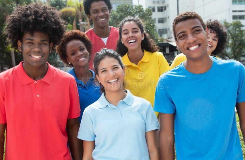 Grote groep gemengde jonge volwassenen in kleurrijke overhemden stock fotografie