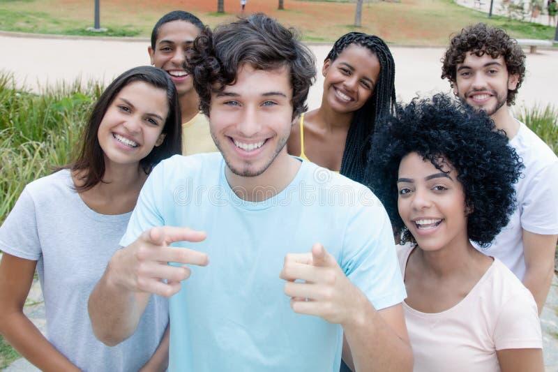 Grote groep glimlachende jonge mannen en vrouwen van overal wor stock foto