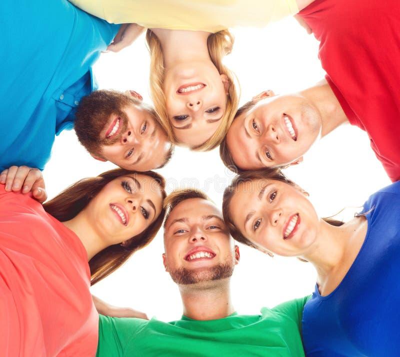 Grote groep glimlachende vrienden die samen blijven stock foto