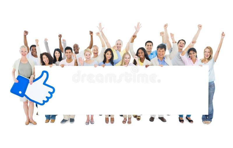 Grote Groep het Diverse Lege Aanplakbiljet van de Mensenholding met Gelijkaardig Symbool