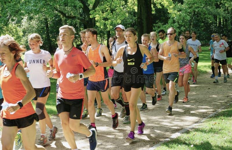 Grote Groep Joggers in het Tiergarten-Park in Berlijn stock foto's