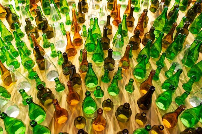 Grote groep lege glazen flessen Zeg nee tegen plastic concept stock foto