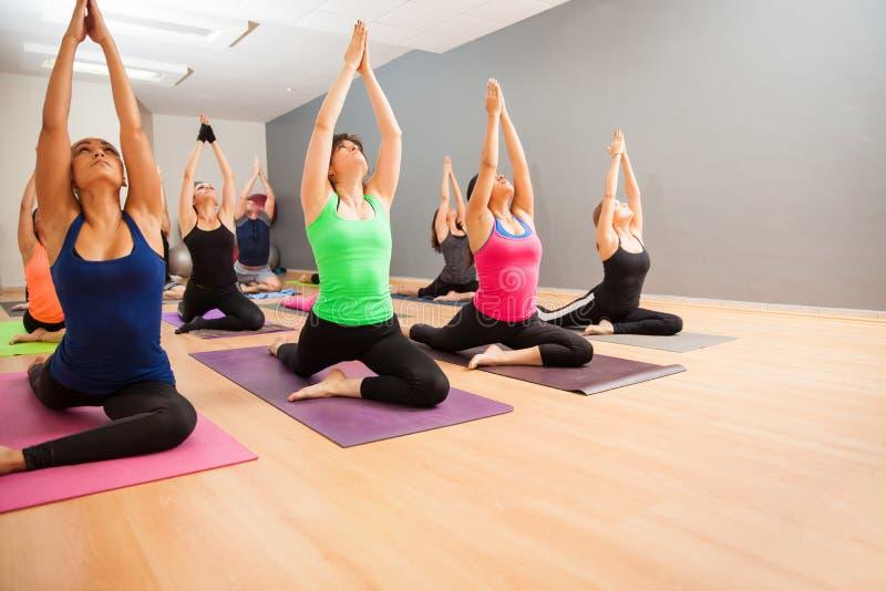 Grote groep mensen in een yogastudio stock foto's
