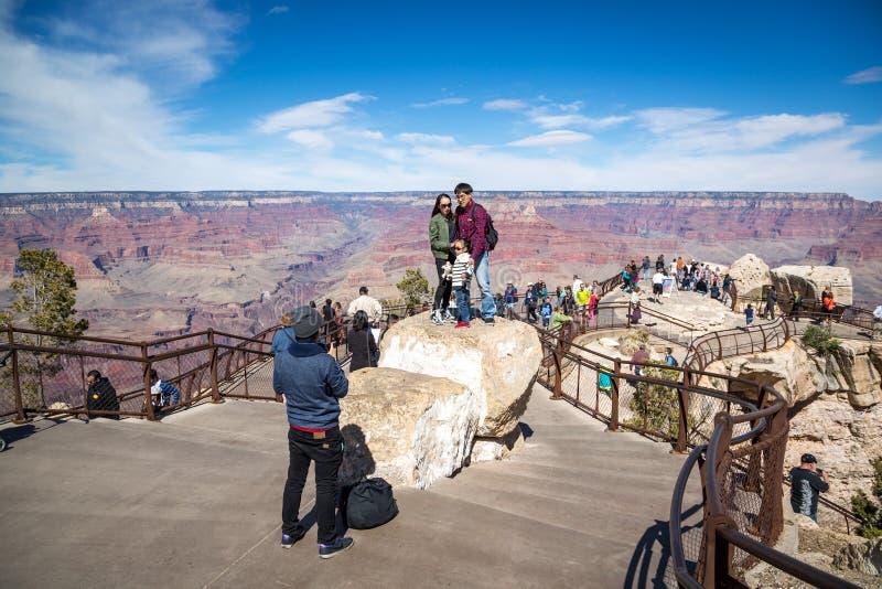 Grote groep mensen van verschillende landen die van een zonnige dag genieten bij de zuidenrand van het Nationale Park van Grand C stock afbeelding