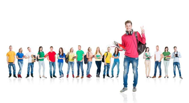 Grote groep tienerdiestudenten op wit worden geïsoleerd stock afbeelding