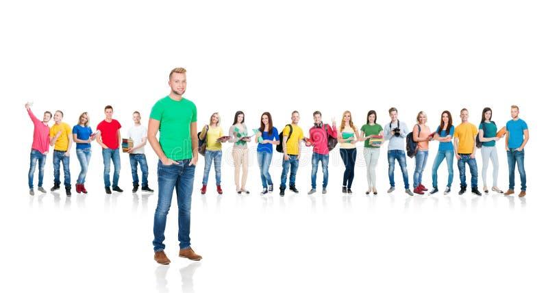 Grote groep tienerdiestudenten op wit worden geïsoleerd royalty-vrije stock afbeelding