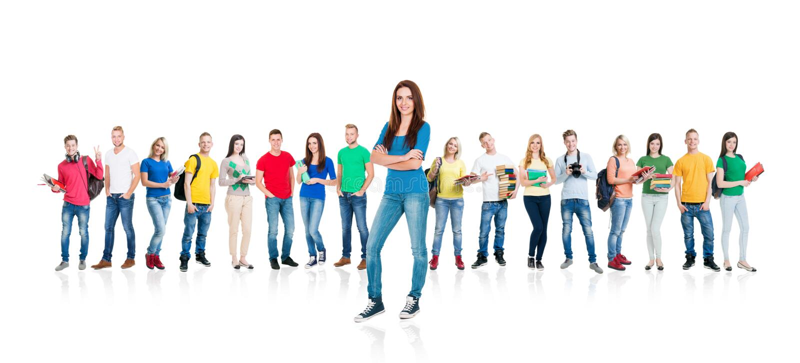 Grote groep tienerdiestudenten op wit worden geïsoleerd royalty-vrije stock fotografie
