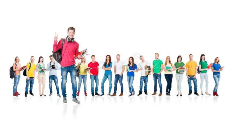 Grote groep tienerstudenten op wit stock foto's