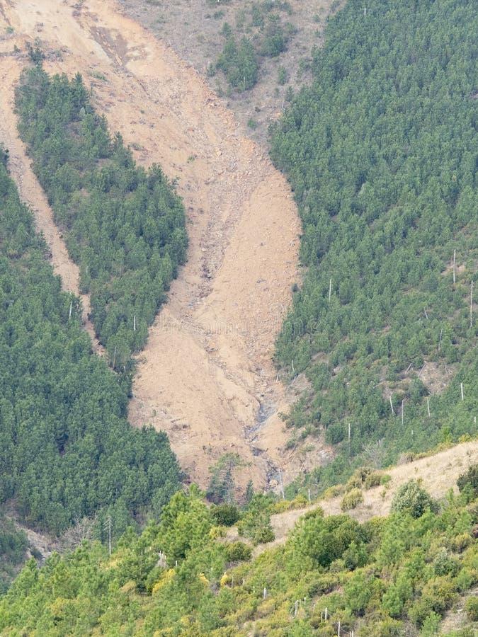 Grote grondverschuiving aan de kant van een berg: gronderosie stock foto