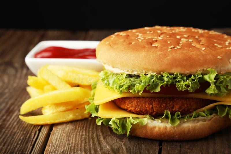 Grote hamburger op bruine houten achtergrond royalty-vrije stock foto