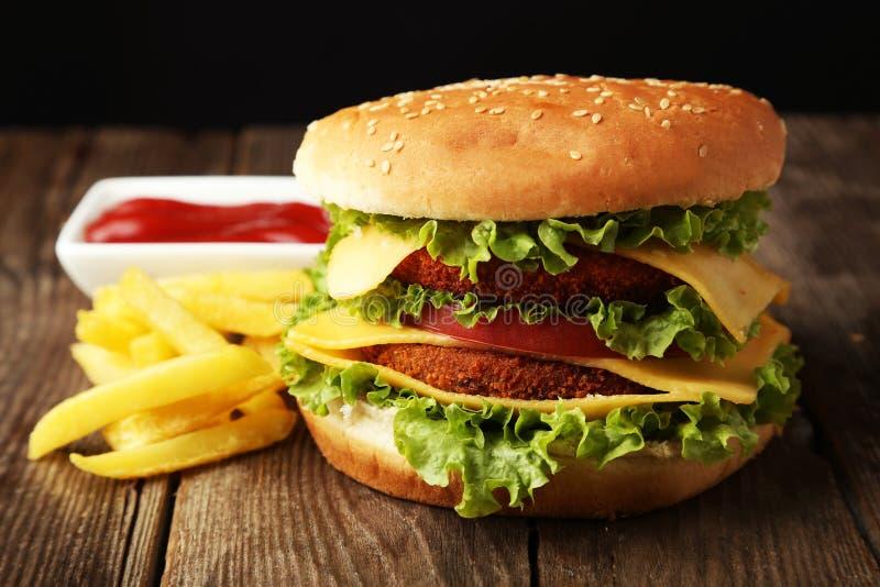 Grote hamburger op bruine houten achtergrond royalty-vrije stock afbeelding