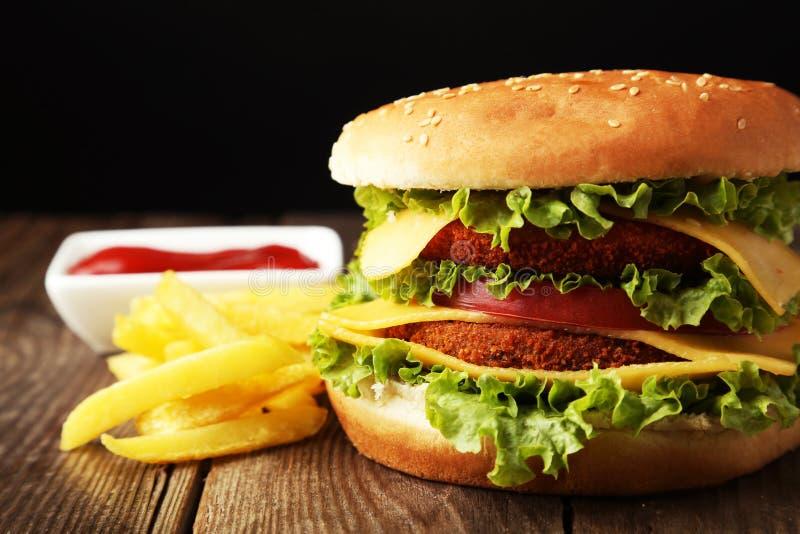 Grote hamburger op bruine houten achtergrond royalty-vrije stock fotografie