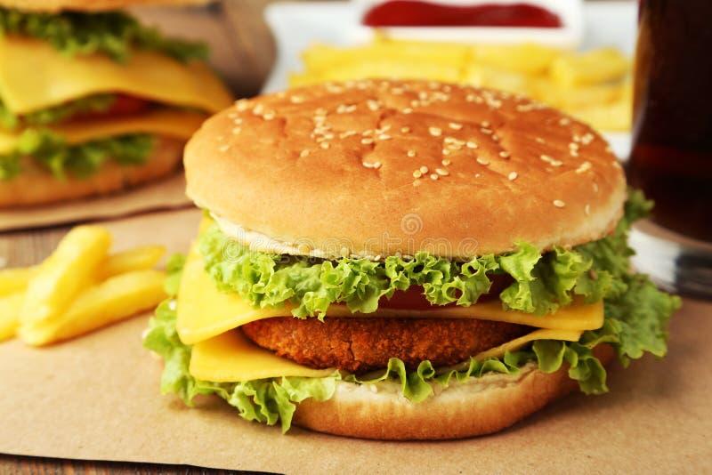 Grote hamburger op bruine houten achtergrond stock afbeeldingen