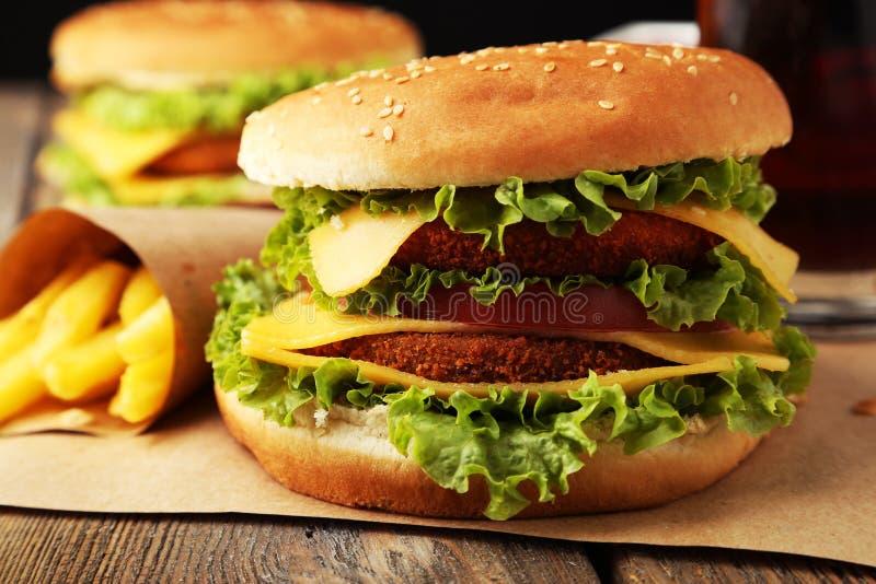 Grote hamburger op bruine houten achtergrond stock fotografie