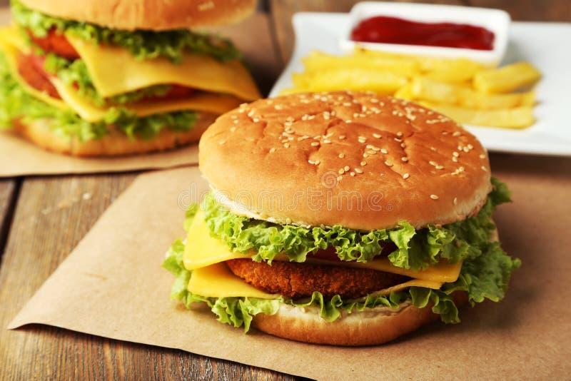 Grote hamburger op bruine houten achtergrond royalty-vrije stock foto's