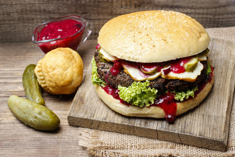 Grote hamburger op houten achtergrond royalty-vrije stock afbeelding