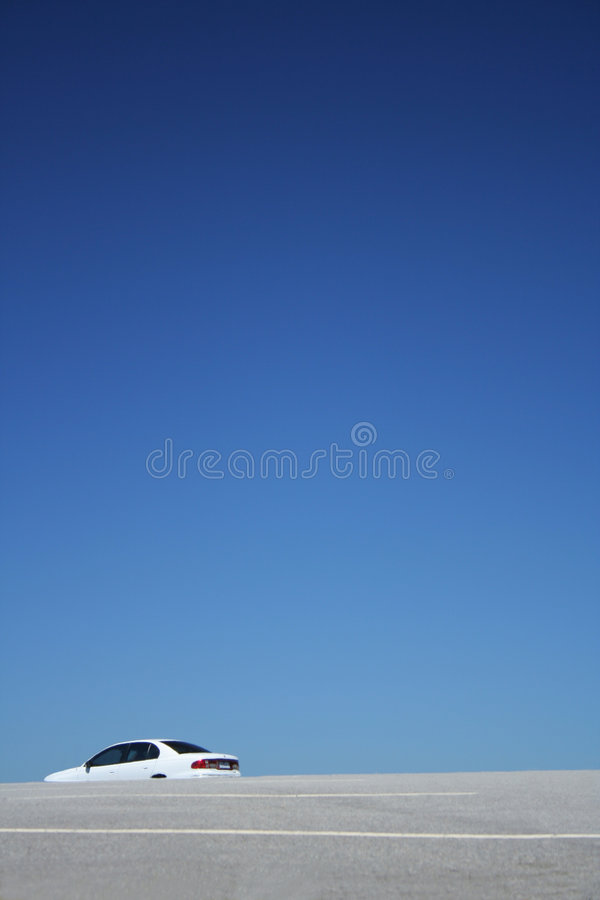 Grote hemel en leeg parkeerterrein royalty-vrije stock foto
