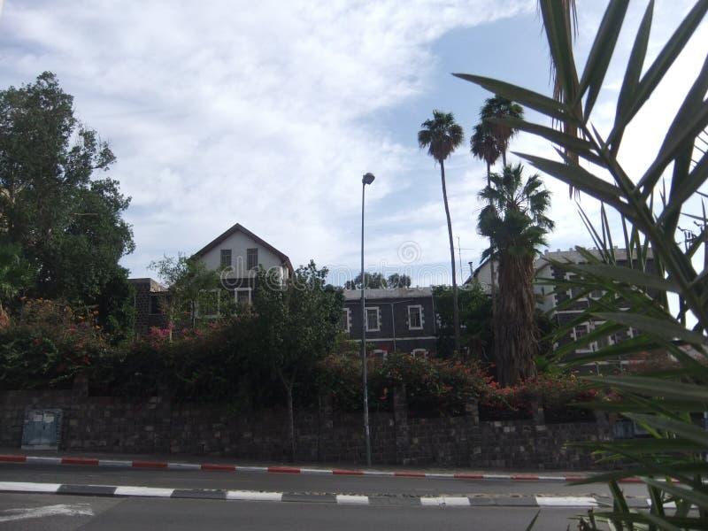 Grote herberg in Tiberias - hoofdweg in voorgrond stock foto's