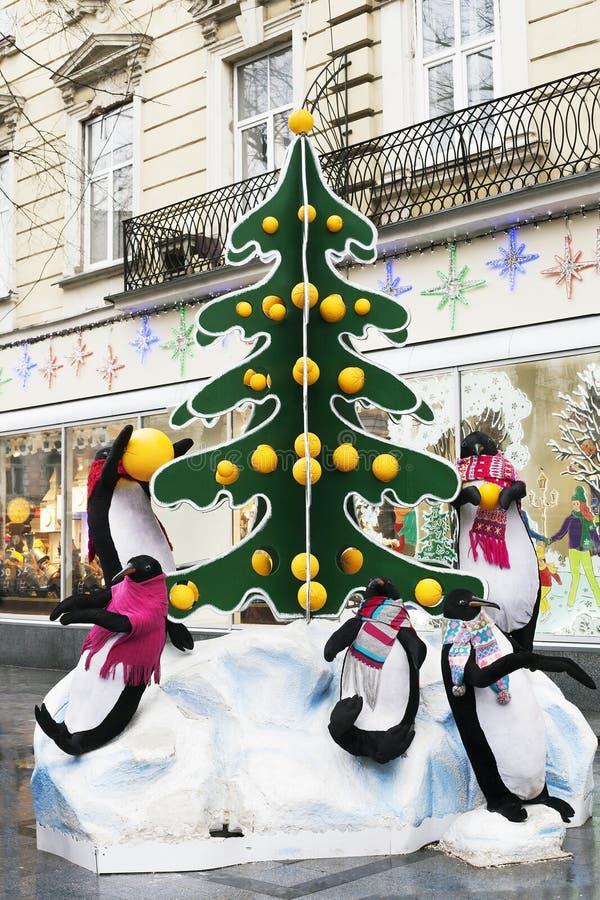 Grote het stuk speelgoed van de straatinstallatie pinguïnen dichtbij Kerstboom stock foto's