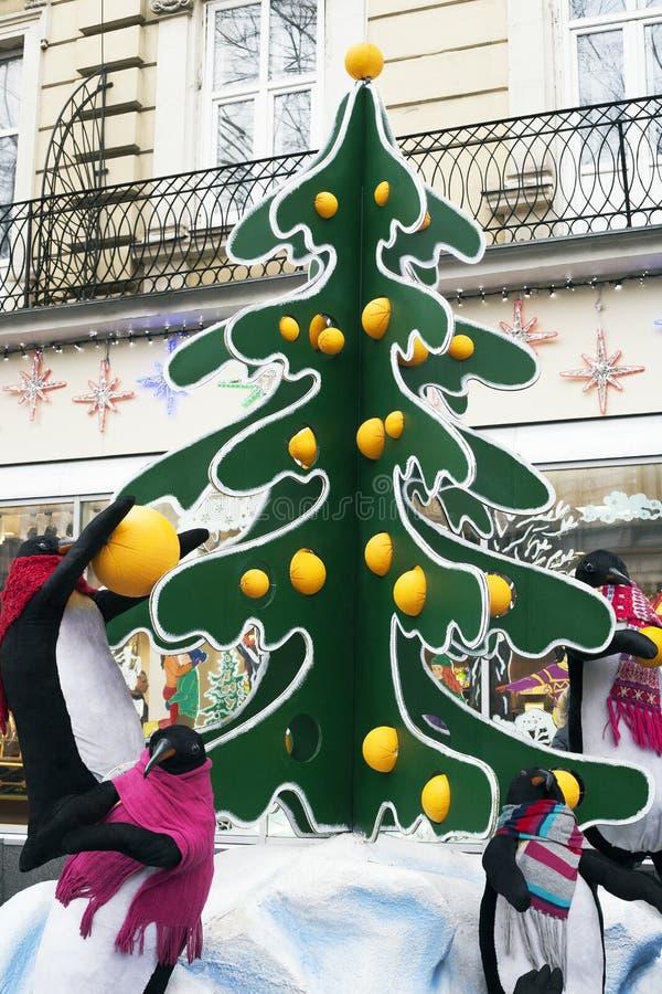 Grote het stuk speelgoed van de straatinstallatie pinguïnen dichtbij Kerstboom royalty-vrije stock afbeelding