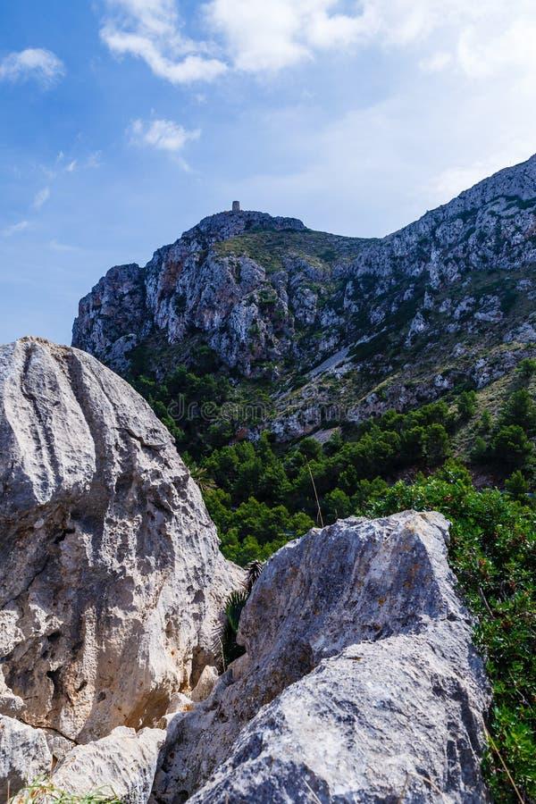Grote heuvel met een toren bij zijn bovenkant royalty-vrije stock foto's