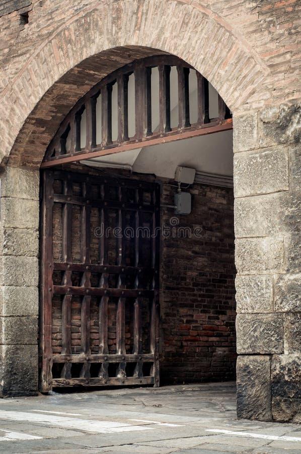 Grote houten deur open in de muur van het rotskasteel stock afbeelding