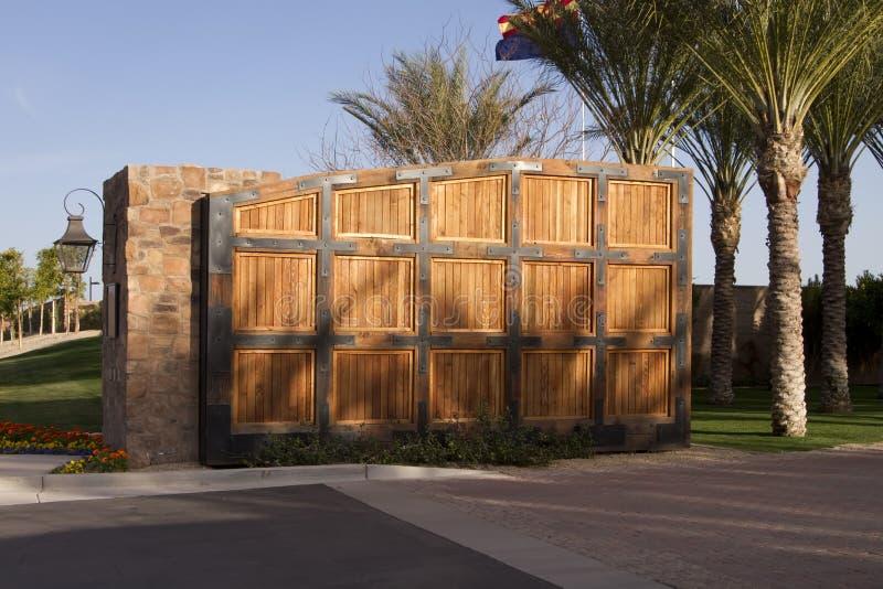 Grote houten poort aan het golfgemeenschap van het luxehuis royalty-vrije stock foto