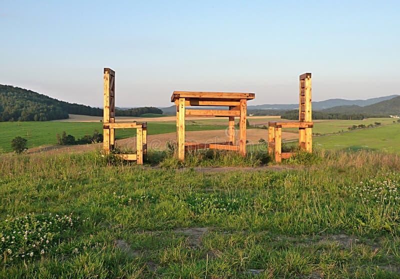 Grote houten trappen en tafel in het land stock foto