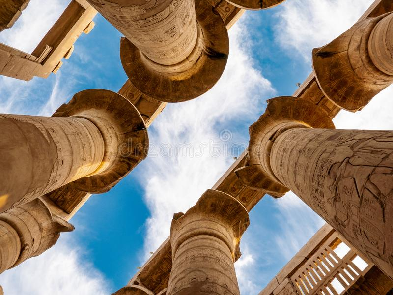 Grote Hypostyle Zaal met wolken bij de Tempels van Karnak Luxor/Thebes royalty-vrije stock foto's