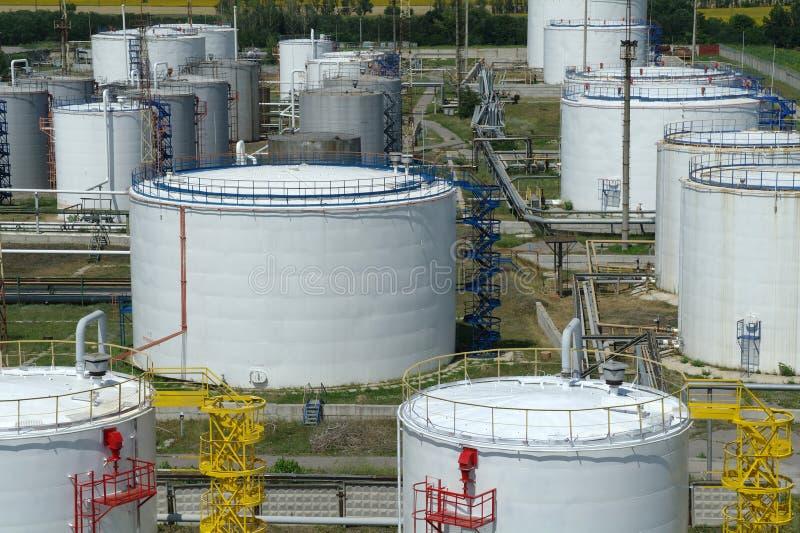 Grote industriële olietanks in een raffinaderijbasis stock afbeelding